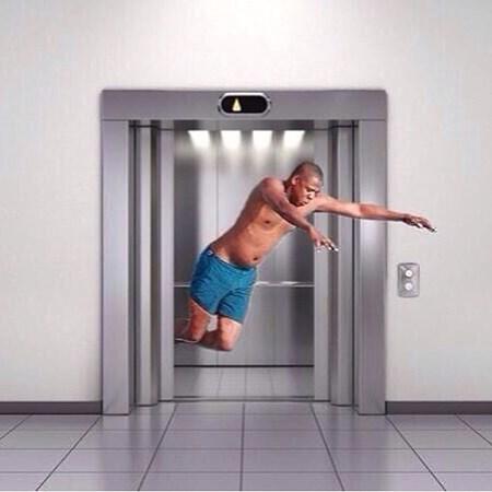Nhảy lên khi thang máy gần tiếp đất không giúp bạn an toàn hơn.