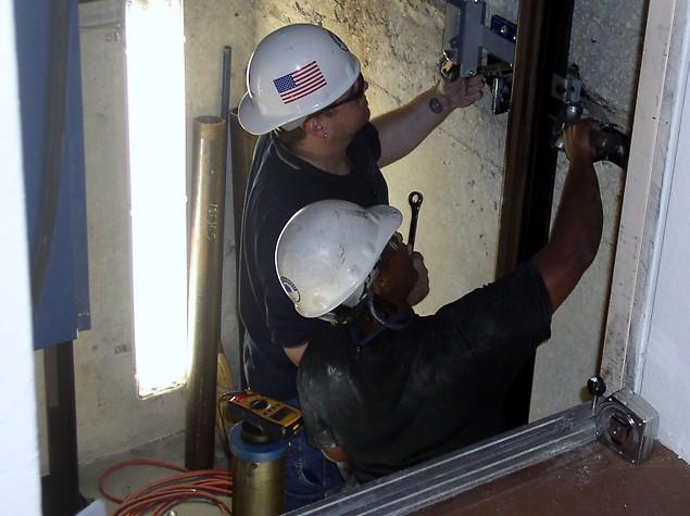Bảo trì thang máy thường xuyên để vận hành an toàn.