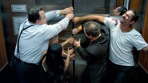 Đừng cố tìm cách thoát ra ngoài cabin thang máy