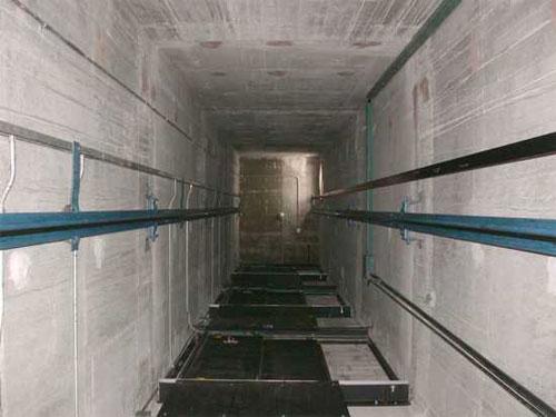 Môi trường làm việc nguy hiểm khi lắp đặt thang máy.