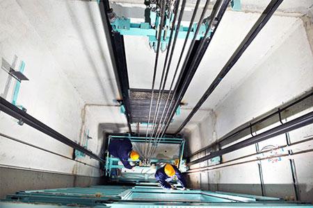 Thời gian gần đây xảy ra nhiều vụ tai nạn trong quá trình làm việc của công nhân lắp đặt, bảo trì thang máy.