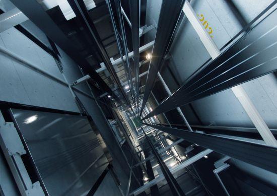 Vị trí đặt ray dẫn hướng cabin và đối trọng thang máy gia đình.