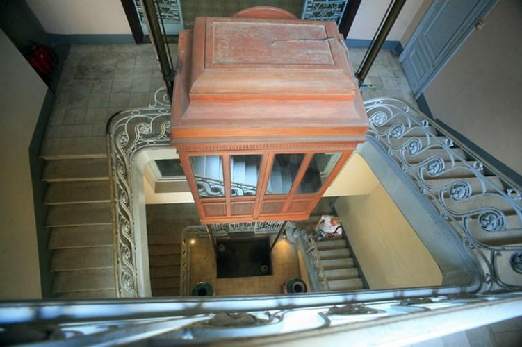 Thang máy được bố trí trong giếng trời của tòa nhà.