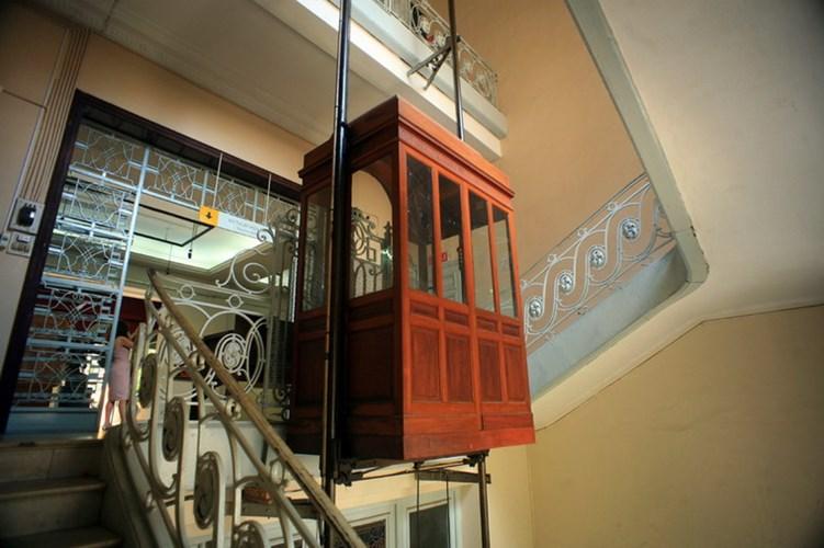 Hệ thống ray dẫn hướng của thang máy.