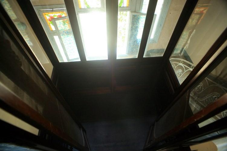 Bên trong thang máy