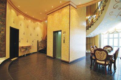 Cần lựa chọn vị trí đặt thang máy sao cho phù hợp với kiến trúc chung của ngôi nhà và thuận tiện cho việc sử dụng.